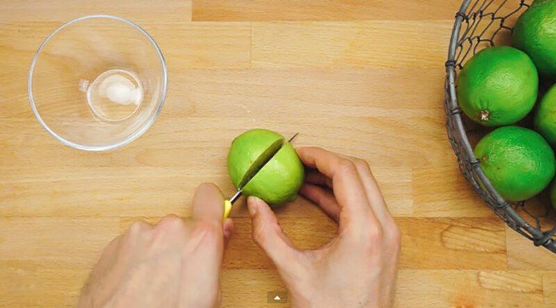 Vắt chanh nhớ bỏ hạt nếu không khi xay sẽ bị đắng