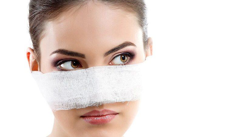 Sau khi phẫu thuật nâng mũi cần kiêng nước cho vùng mũi trong ít nhất 3 ngày đầu tiên