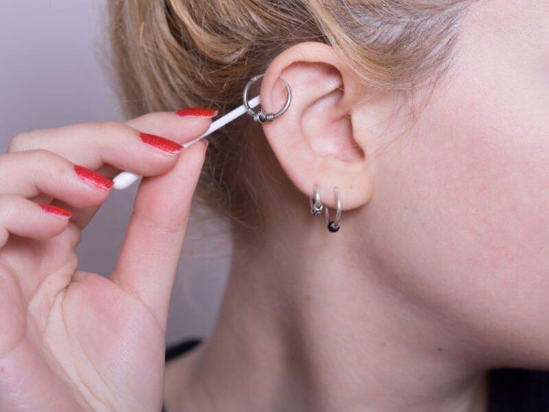 Chăm sóc vết bấm thường xuyên sau khi bấm lỗ tai