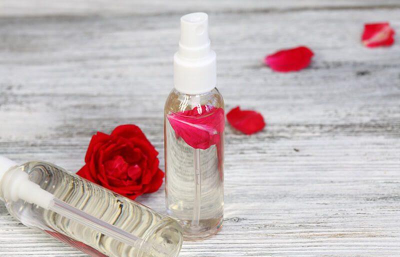 Multani Mitti và nước hoa hồng trị mụn