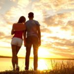 Các bệnh nhiễm trùng (STDs) lây lan qua đường tình dục không chỉ mắc phải khi quan hệ qua đường âm đạo hoặc hậu môn. Mọi tiếp xúc của da và các tuyến nước bọt cũng đủ để để truyền STD hoặc STI cho bạn tình. Điều này có nghĩa là quan hệ tình dục bằng miệng bằng miệng, môi hoặc lưỡi có nguy cơ lây nhiễm bệnh tương tự như các hoạt động tình dục khác. Cách tốt nhất để ngăn ngừa lây truyền và giảm nguy cơ nhiễm trùng là sử dụng bao cao su sinh dục hoặc nha khoa cho mỗi lần giao hợp. Cùng tìm hiểu về STD và STI ngay bên dưới để xem bệnh truyền nhiễm nào có thể lây lan qua đường miệng. Chlamydia Chlamydia là một bệnh nhiễm trùng do vi khuẩn chlamydia trachomatis. Căn bệnh này rất phổ biến hiện nay và hầu như có thể xảy ra ở mọi độ tuổi. Năm 2015, trung tâm kiểm soát và phòng ngừa dịch bệnh (CDC) đã nhận được hơn 1,5 triệu báo cáo về các trường hợp bị nhiễm chlamydia. Chlamydia có thể được truyền qua quan hệ tình dục bằng miệng, nhưng cũng có nhiều khả năng có thể lây lan qua đường hậu môn hoặc âm đạo. Nó có thể ảnh hưởng đến cổ họng, bộ phận sinh dục, đường tiết niệu và trực tràng của người bệnh. Hầu hết các bệnh nhiễm trùng chlamydia ở cổ họng không mang bất kỳ triệu chứng nào. Khi các triệu chứng xuất hiện, chúng có thể bao gồm đau họng. Đây không phải là bệnh nhiễm trùng không thể chữa khỏi, chúng có thể được điều trị dứt điểm bằng thuốc kháng sinh phù hợp. Bệnh lậu Bệnh lậu hay còn được gọi là lậu mủ, đây là một bệnh lây truyền qua đường tình dục (STI) do phổ biến do vi khuẩn Neisseria gonorrhoeae gây ra. CDC ước tính có khoảng 820.000 ca nhiễm bệnh lậu mỗi năm, với 570.000 trường hợp ảnh hưởng đến đối tượng trong độ tuổi từ 15 đến 24. Căn bệnh truyền nhiễm này có thể được lây truyền qua người khác thông qua việc sinh hoạt tình dục bằng miệng. Tuy nhiên, chúng vẫn có thể lây lan qua bạn tình thông qua đường hậu môn hoặc âm đạo. Bệnh lậu ảnh hưởng đến cổ họng, bộ phận sinh dục, đường tiết niệu và trực tràng. Giống như chlamydia, bệnh lậu khi mới phát bệnh thường không c