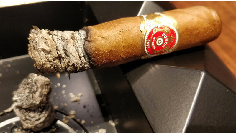 Tro của xì gà Cuba chính hãng có màu xám