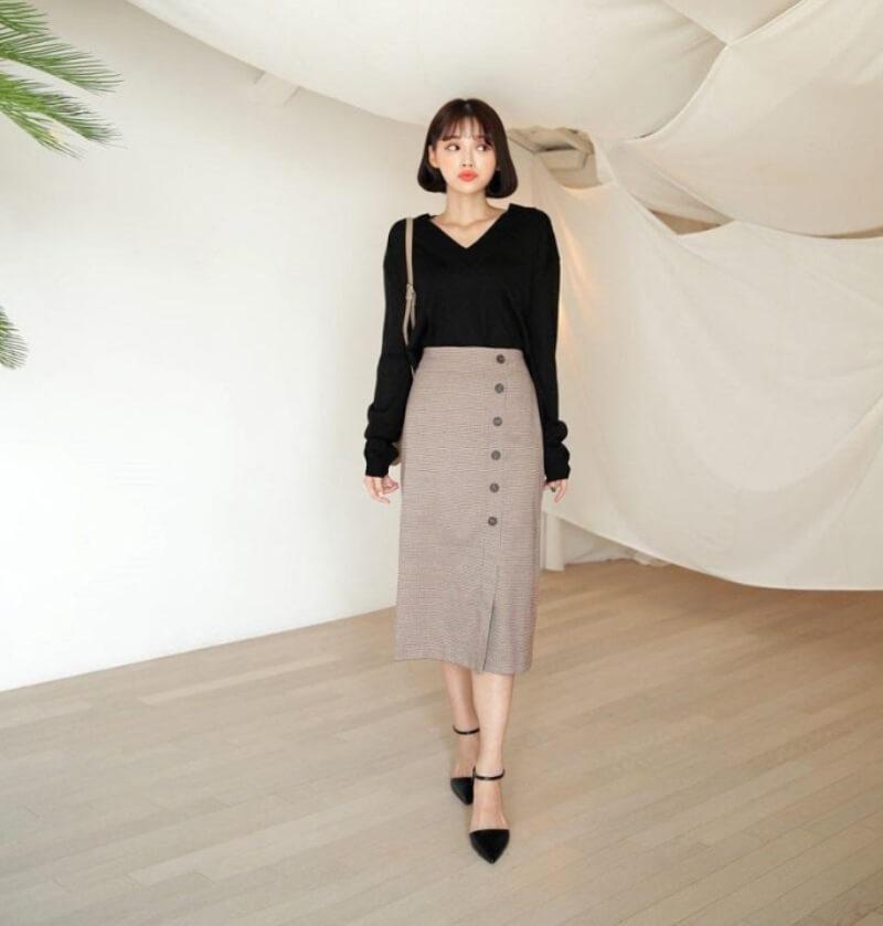 Chân váy suông rất dễ phối đồ phù hợp với môi trường công sở