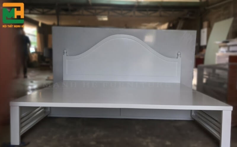 Với tông màu trắng và thiết kế tinh tế, mẫu ghế này giúp không gian nhà ở thêm phần sang trọng.