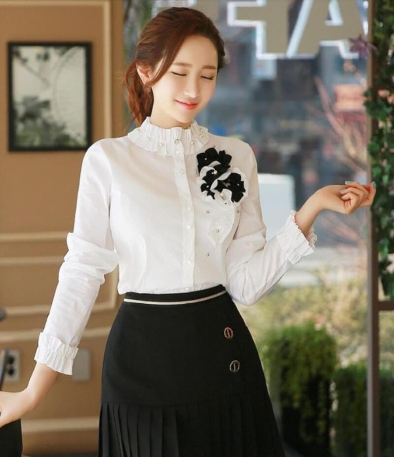 Duyên dáng hết nấc với áo sơ mi trắng phối hoa cổ và tay áo may cách điệu
